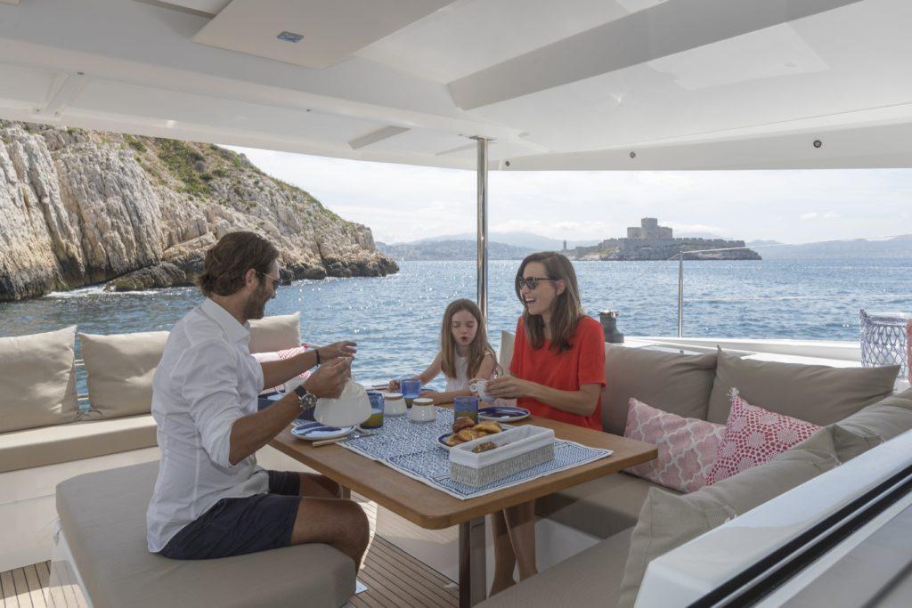 Catamaran astrea 42 salon extérieur