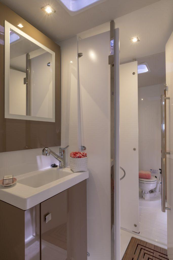 Catamaran astrea 42 salle de bains