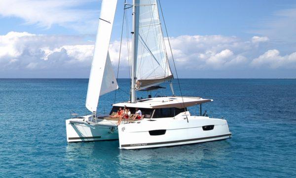 Catamaran à voiles Fountaine Pajot Lucia 40 en navigation, catamaran Hyères Var ouest